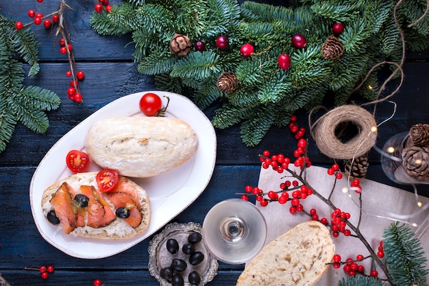 Brot mit reis roter fisch, ein glas weißwein ein weihnachtsbaum