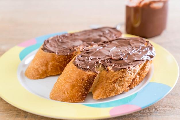 Brot mit schokoladen-haselnuss-aufstrich