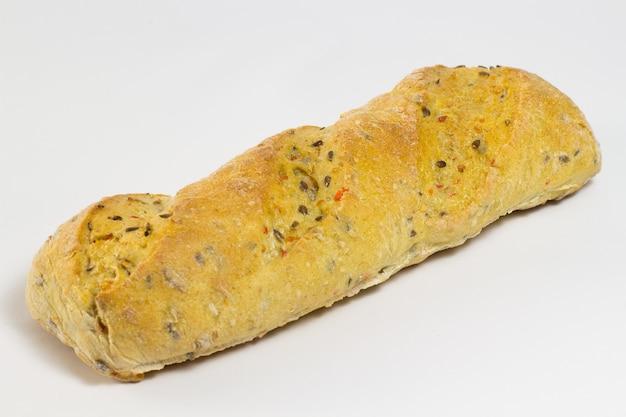 Brot mit sonnenblumenkernen und sesam auf weißem grund
