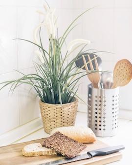Brot, müsli und messer auf schneidebrett