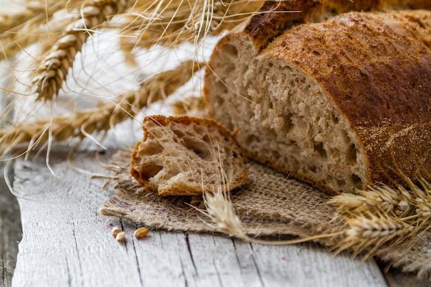 Brot, roggen, weizen, rustikaler hölzerner hintergrund