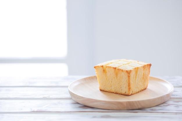Brot toast auf holzteller