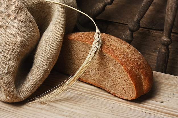 Brot und ähren auf dem holztisch
