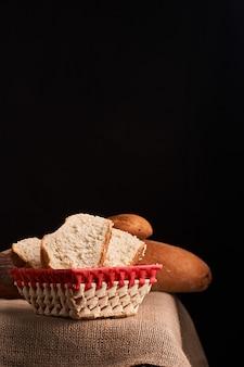 Brot und baguette auf korb