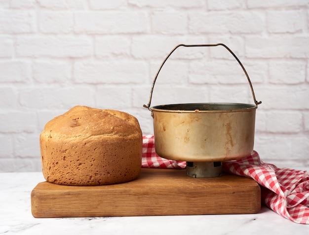 Brot und ein eimer zum kneten von teig