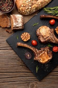 Brot und gekochtes fleisch