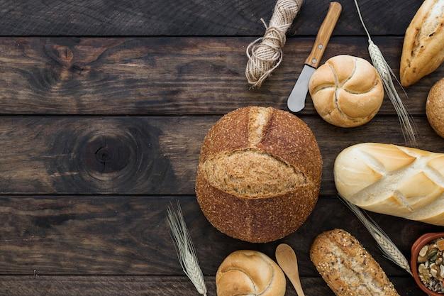 Brot und messer auf hölzerner tischplatte