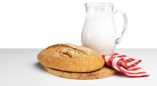 Brot und milch auf dem tisch