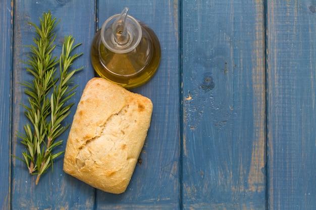 Brot und öl auf blau