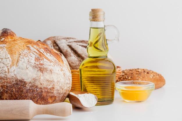 Brot und olivenölflasche