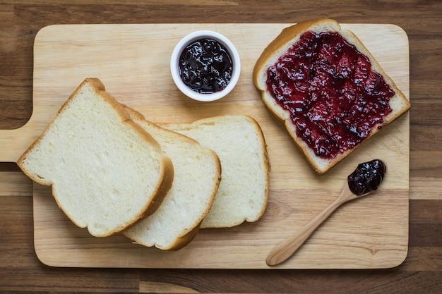 Brot und schwarze johannisbeere