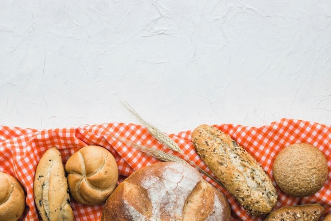 Brot und weizen auf tuch