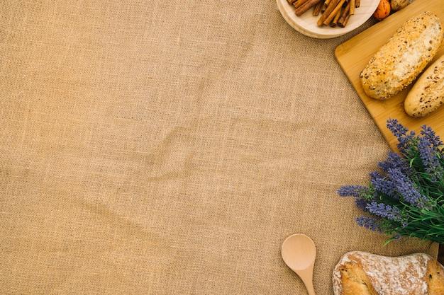Brotdekoration auf tuch mit platz auf der linken seite