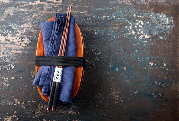 Brotdose. japanische bento box mit essstäbchen. draufsicht, japanisches essen