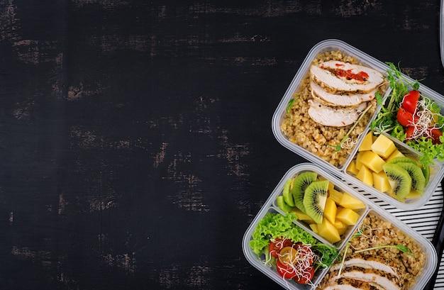 Brotdose mit hühnchen, bulgur, microgreens, tomaten und obst