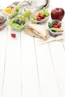 Brotdosen mit gesundem essen