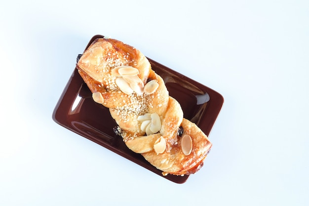 Brote mit goldener kruste im hintergrund.