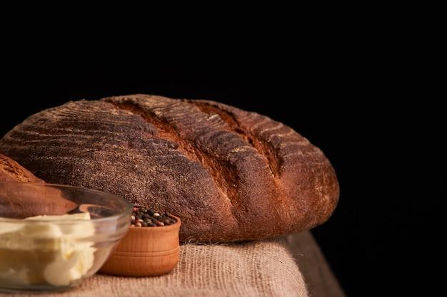 Brote und stangenbrot t des leckeren hauptlebensmittels nah oben auf tabelle