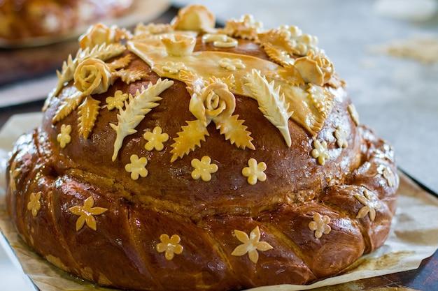 Brotlaib dekoriert. braunes backprodukt. hochzeitsbrot nach maß. feiern sie die vereinigung der herzen.