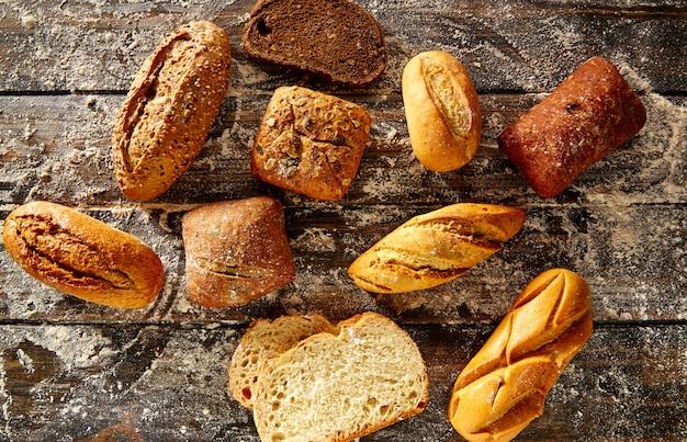 Brotlaib gemischt in einem rustikalen holz- und weizenmehl
