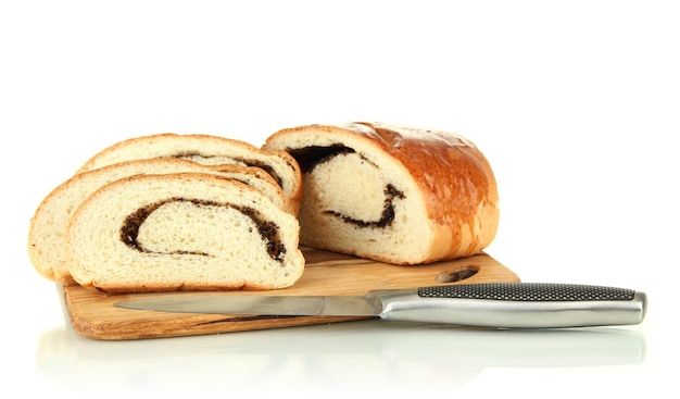 Brotlaib mit mohn auf schneidebrett, isoliert auf weiß