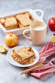 Brotpudding frühstücksauflauf aus weizenbrot eiern milch und geriebenen äpfeln