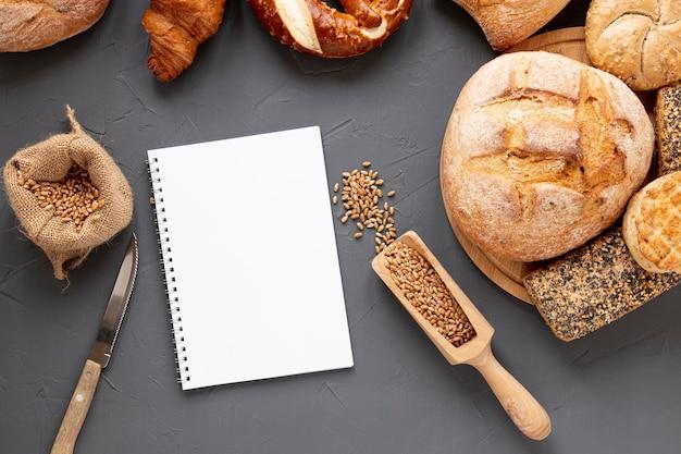 Brotsamen und leeres notizbuch