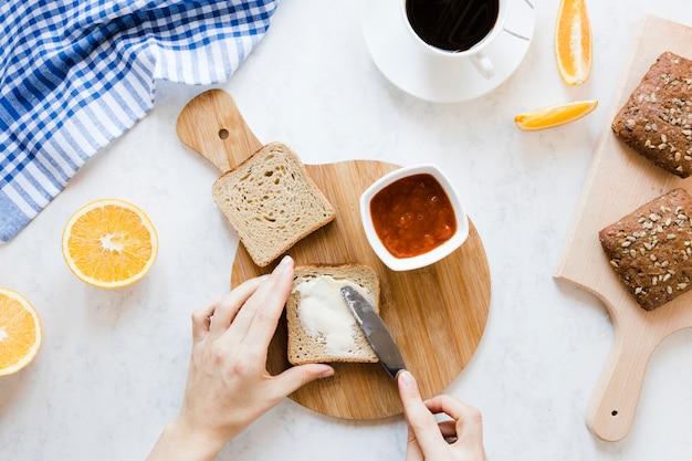 Brotscheibe mit buttermarmelade und kaffee