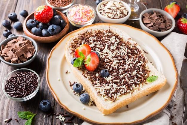 Brotscheibe mit hagelslag-schokolade besprüht