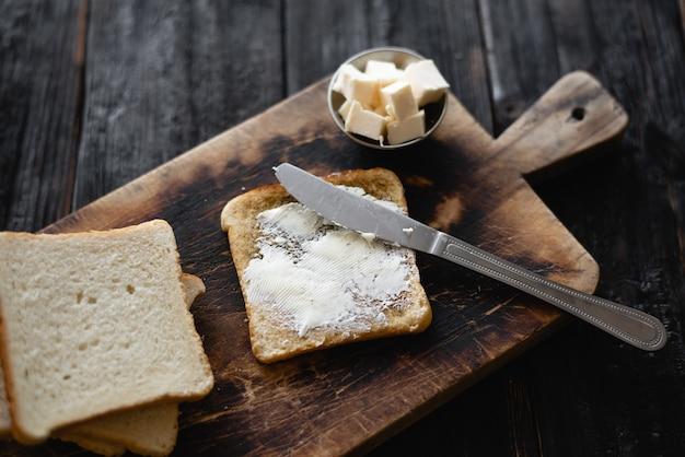 Brotscheiben eignen sich gut für ein romantisches frühstück zu zweit auf einem einfachen hölzernen hintergrund. selektiver fokus. leckeres und gesundes essen