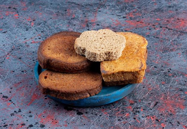 Brotscheiben getrennt in einer blauen servierplatte.