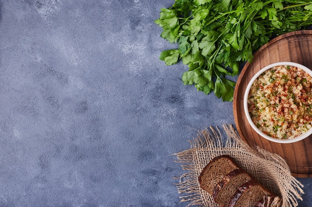 Brotscheiben mit einer tasse bohnensalat.