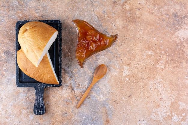 Brotscheiben mit feigenkonfitüre in einer tasse