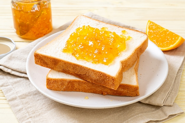 Brotscheiben mit orangenmarmelade
