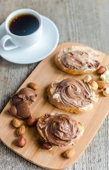 Brotscheiben mit schokoladencreme und nüssen