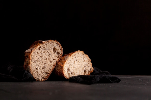 Brotscheiben mit schwarzem hintergrund