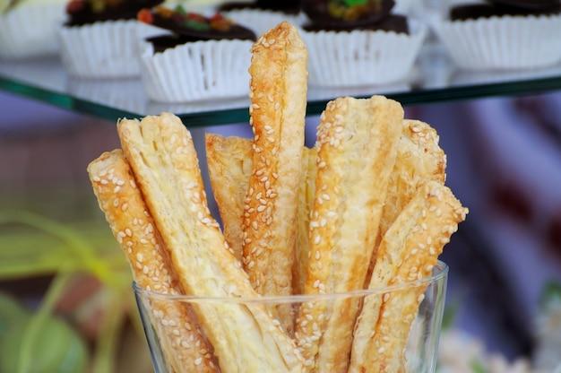 Brotstangen mit käse im glas