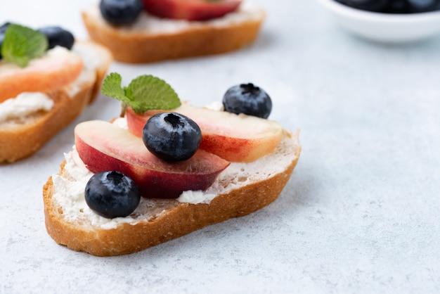Brottoast mit pfirsich und blauer beere