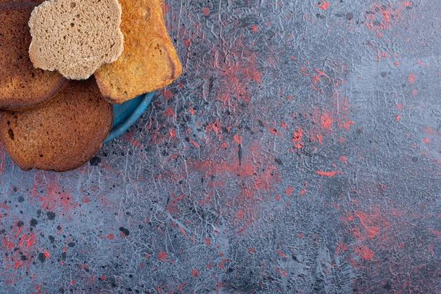Brottoastscheiben im hintergrund.