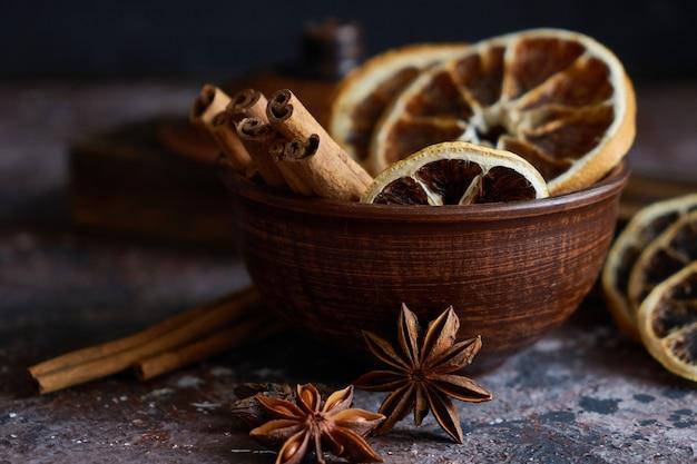 Broun schüssel mit glühweinaroma: zimt, sternanis, orangenschalen