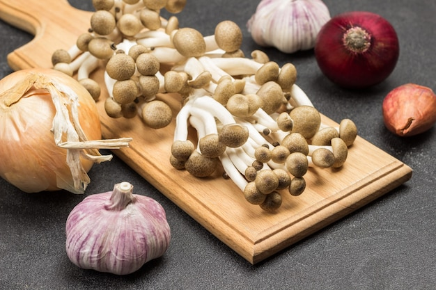 Broun shimeji pilze auf schneidebrett