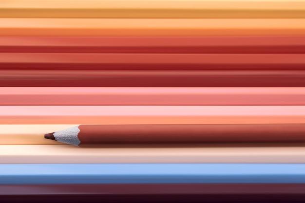 Brown-farbbleistift auf vielen bunten bleistiften, erdtonhintergrund