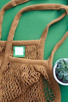 Brown-farbmasche eco tasche auf grün