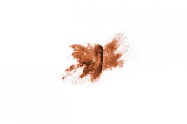 Brown-farbpulver-explosion auf weißem hintergrund.