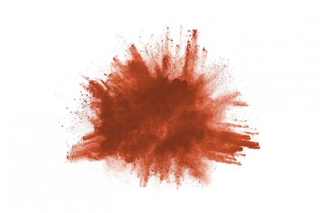 Brown-farbpulverexplosion auf weißem hintergrund