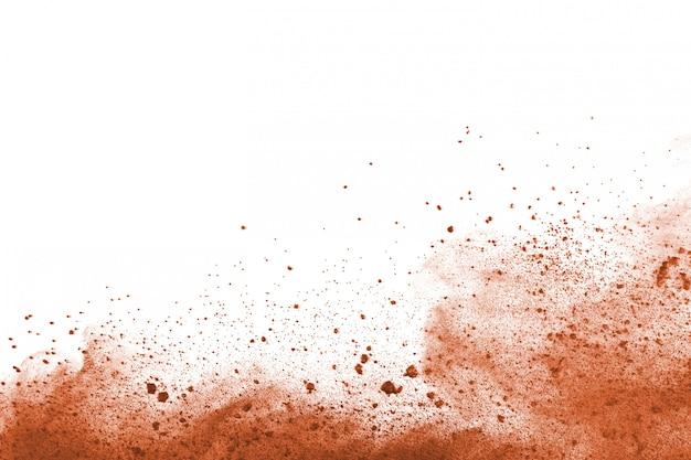 Brown-farbpulverexplosion auf weißem hintergrund.