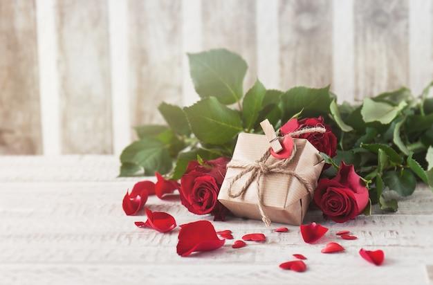 Brown geschenk auf rosen unterstützt