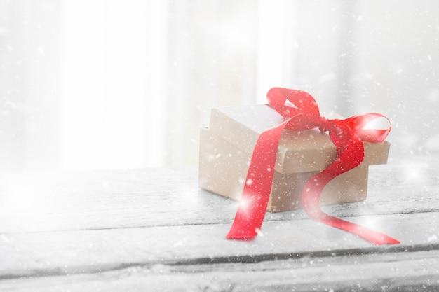 Brown-geschenke mit einer roten krawatte auf der oberseite