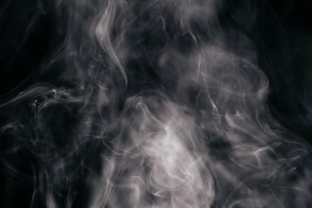 Brown-gewellter rauch auf schwarzem hintergrund