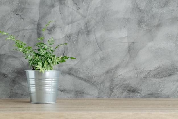 Brown-hölzerne tabelle mit einer topfpflanze auf spitzen- und kopienraum